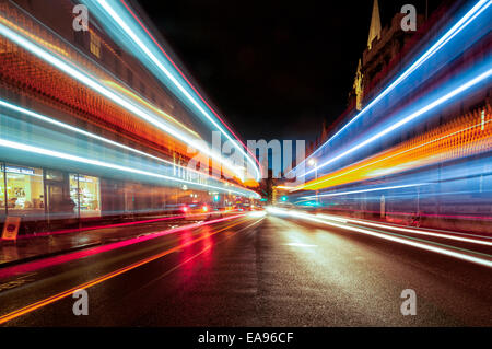 Oxford high street at night with streaks of light from passing vehicles - Stockfoto
