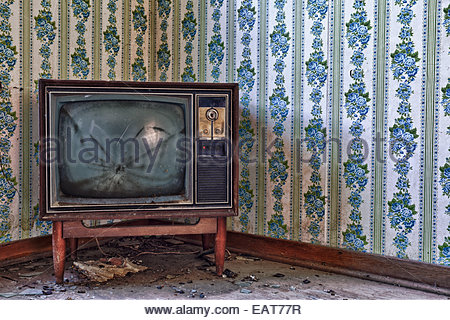 A vintage TV set in an abandoned farmhouse. - Stockfoto