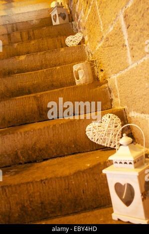 Wicker Herzen und Laternen auf steinernen Stufen. - Stockfoto