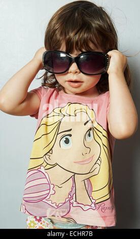 2-year old girl wearing sunglasses - Stockfoto