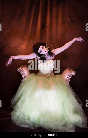 Fantasy makeover photography: A young woman girl model made up to look like a porcelain white-faced painted puppet - Stockfoto