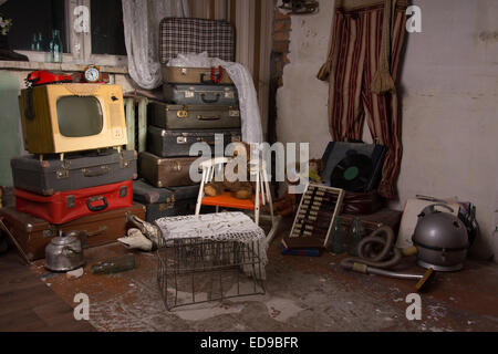Various Unused Old Items Like Luggage, Television, Cage, Kettle, Vacuum and Curtains in an Old House Room - Stockfoto