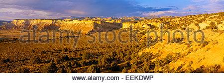 Blick auf die Tafelberge und Tabelle Cliff Plateau [Escalante Berge] in Ferne. Grand Staircase-Escalante National - Stockfoto