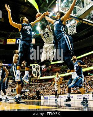 Washington, DC, USA. 19th Jan, 2015. January 19, 2015: Georgetown senior forward Aaron Bowen (23) tries to split - Stock Photo