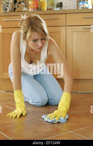 Hausfrau putzen boden wischen schruppen knieend knieen - Lustlos englisch ...
