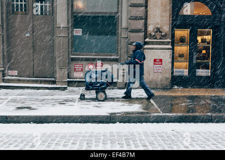 Postal carrier delivering mail. New York, USA. 26th January, 2015. Winter Storm Juno: Blizzard in New York City. - Stock Photo