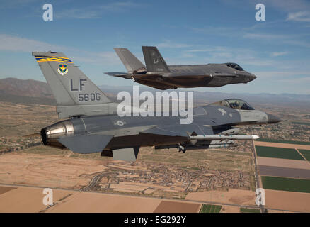 Maj. Justin Robinson flies the 56th Operations Group flagship F-16 Fighting Falcon March 10, 2014, as he escorts - Stockfoto