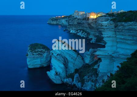 The medieval old town on the limestone cliff at dawn, Bonifacio, Corse-du-Sud, Corsica, France - Stockfoto