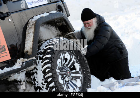Murmansk, Russia. 23rd Feb, 2015. A priest seen at the start of the 2015 Expedition Trophy race near Belokamenny - Stock Photo