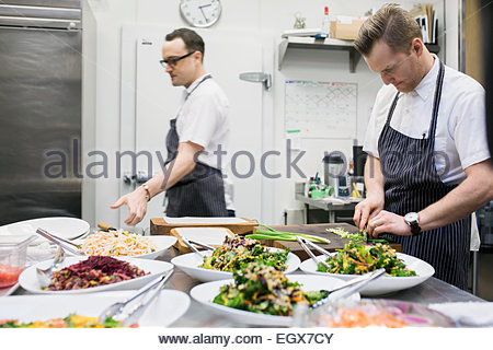 Köche kochen in Großküchen - Stockfoto
