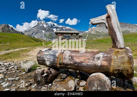 France, Savoie, Parc National de la Vanoise (National park of Vanoise), fountain in front of the refuge Plan of - Stock Photo