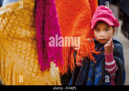 Ecuador, Cotopaxi, Zumbahua, day of the village of Zumbahua market, portrait of a young Ecuadorian girl in his mother's - Stock Photo