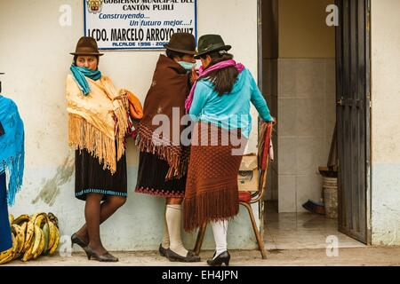 Ecuador, Cotopaxi, Zumbahua, day of the village of Zumbahua market, portrait of young peasant girls - Stock Photo