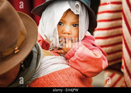 Ecuador, Cotopaxi, Zumbahua, day of the village of Zumbahua market, portrait of a child raised by his mother in - Stock Photo