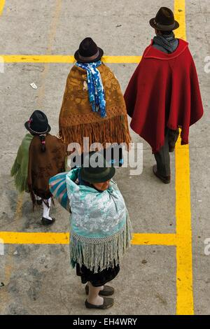 Ecuador, Cotopaxi, Zumbahua, day of the village of Zumbahua market, Family villagers on the market - Stock Photo