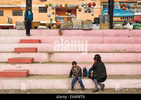 Ecuador, Cotopaxi, Zumbahua, day of the village of Zumbahua market, villagers on the steps of the main square of - Stock Photo