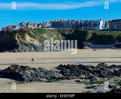 Surfer, die zu Fuß auf den Strand, Newquay, Cornwall, England UK - Stockfoto