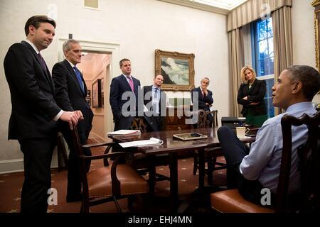US President Barack Obama meets with, from left, Press Secretary Josh Earnest; Chief of Staff Denis McDonough; Senior - Stock Photo