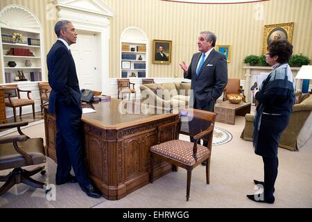 US President Barack Obama meets with Jerry Abramson, Director of Intergovernmental Affairs and Senior Advisor Valerie - Stock Photo