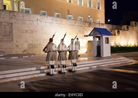 Evzones in front of the Tomb of the Unknown Soldier at the Hellenic Parliament in Athens, Greece. - Stockfoto