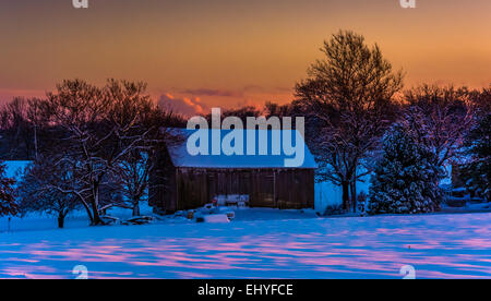 Barn at sunset during the winter, in rural York County, Pennsylvania. - Stockfoto