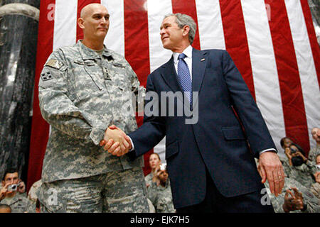 President George W. Bush stands on stage with U.S. Army Gen. Ray Odierno, commander, Mulitnational Force Iraq, after - Stock Photo