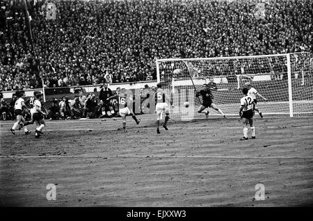 England v West Germany World Cup Final 1999, 30th July 1966.  With chances at a premium in the second half, Martin - Stock Photo