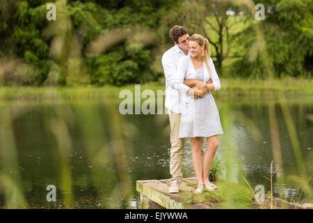 romantische Pärchen stehen am Fluss - Stockfoto