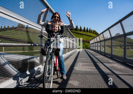 Modern steel cycle bridge that connects the city park - Stockfoto