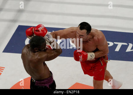 New York, New York, USA. 25th Apr, 2015. WLADIMIR KLITSCHKO (red trunks) defeats BRYANT JENNINGS by unanimous decision - Stock Photo