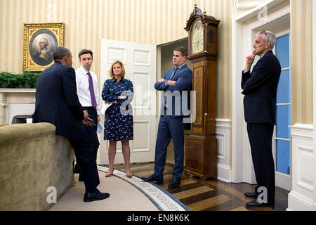 President Barack Obama meets with, from left, Press Secretary Josh Earnest, Jennifer Palmieri, Director of Communications, - Stock Photo