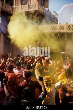 Lathmar Holi Feierlichkeiten im Nand Rae Temple, Nandagaon, Braj, Uttar Pradesh, Indien, Asien - Stockfoto