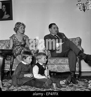 Eine familie in ihrem wohnzimmer deutschland 1960er jahre a family stock photo royalty free - Fuayboden wohnzimmer ...