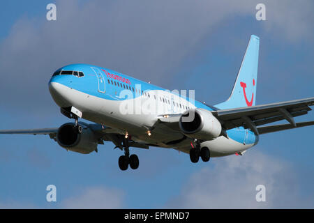 Air travel. Thomson Airways Boeing 737-800 on approach - Stock Photo