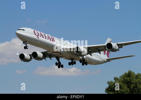 Qatar Airways Airbus A340-600 widebody airliner on approach to London Heathrow - Stock Photo