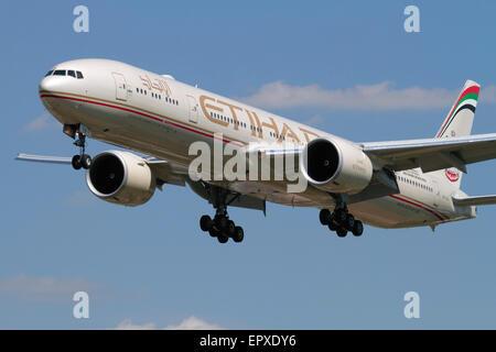 Etihad Airways Boeing 777-300ER long-haul widebody airliner on approach - Stock Photo