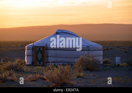 A yurt in the Gobi desert near the Khongoryn sand dunes, Omnogovi province, southern Mongolia. - Stock Photo
