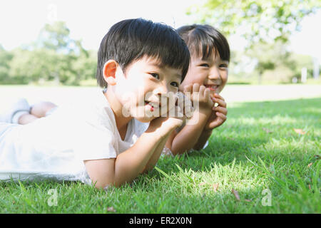 Happy Japanese kids in a city park - Stockfoto