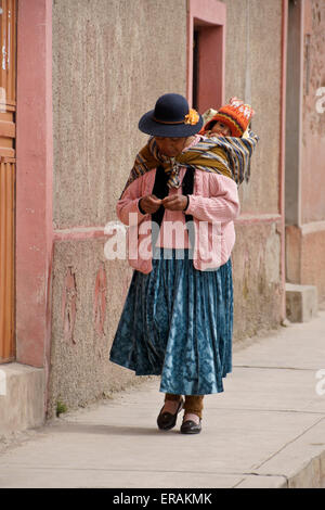 Mother and baby on street in Lampa, Peru - Stockfoto
