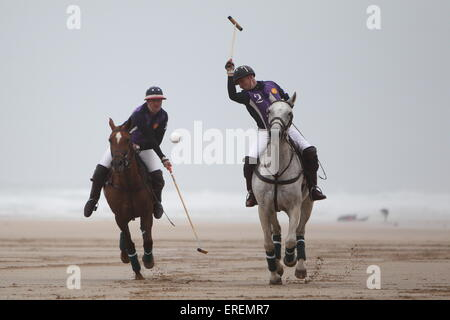 Watergate Bay, Newquay, Cornwall, UK. 2nd June, 2015. Professional Polo players Andy Burgess riding Tonka and Daniel - Stockfoto