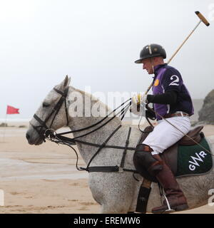 Watergate Bay, Newquay, Cornwall, UK. 2nd June, 2015. Professional Polo players Andy Burgess riding Tonka practices - Stockfoto