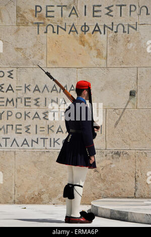 Evzone soldier with bayonet in traditional uniform at the tomb of the unknown soldier. - Stockfoto
