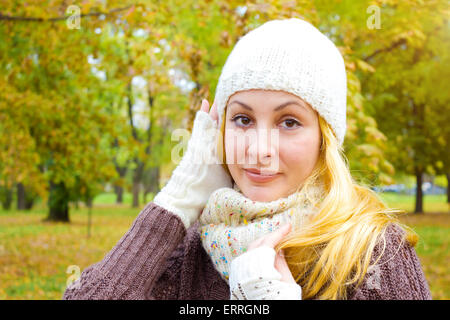 Young woman in autumn nature - Stockfoto