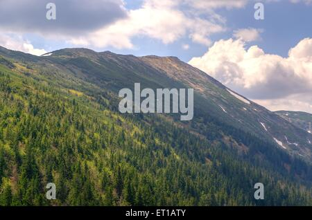 Mountain landscape in spring. Picturesque view stretches over the highest peak in Beskids mountains (Babia Gora, - Stockfoto
