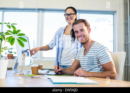 Lächelnd Partner arbeiten gemeinsam an Computer und digitizer - Stockfoto