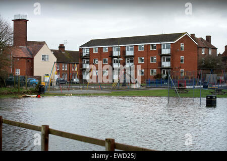 Floodwater near a playground and flats in Upton-upon-Severn, Worcestershire UK Feb 14 - Stockfoto