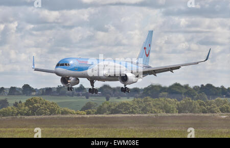Thomson Airways Boeing 757 G-OOBD coming into land at London-Luton Airport LTN - Stock Photo