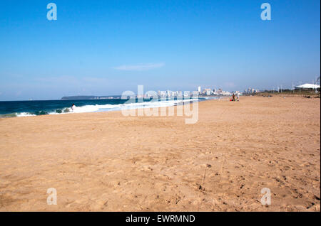 Many unknown fishermen fish on Blue Lagoon beach against city skyline in Durban, South Africa - Stockfoto