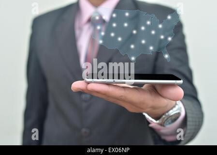 Dressed up Mann halten Iphone6 in der hand - Stockfoto