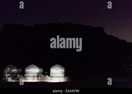 Wadi Rum, Jordan. Tourist camp in the desert at night. - Stockfoto